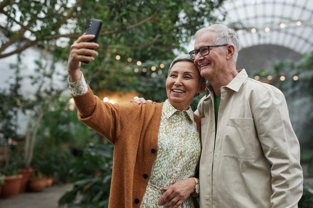 seniorzy ze smartfonem